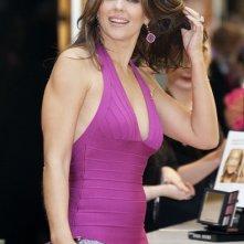 La bella Liz Hurley è testimonial per la campagna di sensibilizzazione sui controlli per il tumore al seno in un negozio di Glasgow