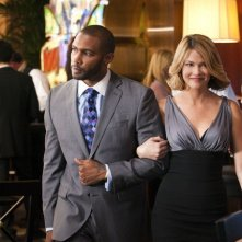 Omari Hardwick e Nicki Aycox nell'episodio High Rollers di Dark Blue