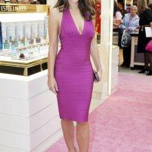 Vestita di rosa, la bella Liz Hurley è testimonial per la campagna di sensibilizzazione sui controlli per il tumore al seno in un negozio di Glasgow