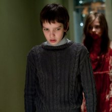 Kodi Smit-McPhee in una scena inquietante del film Let Me In
