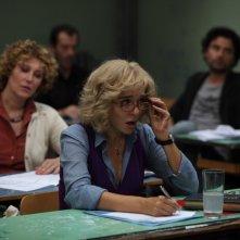 Valeria Golino bionda nel film La scuola è finita