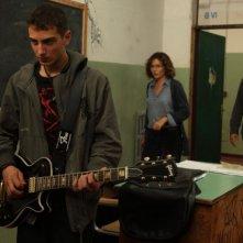 Valeria Golino (in fondo) nel film La scuola è finita