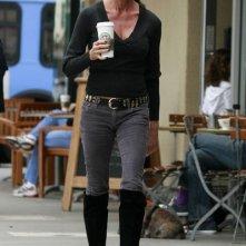 Janice Dickinson prende un caffè da Starbucks a Brentwood, in California