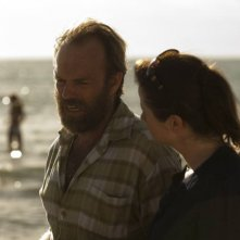 Emily Watson insieme a Hugo Weaving nel dramma Oranges and Sunshine