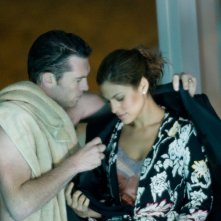 Eva Mendes con Sam Worthington in una scena del film Last night