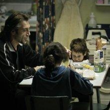 Uxbal (Javier Bardem) con i due bambini in Biutiful