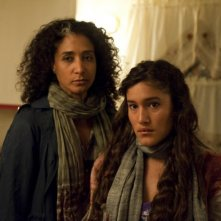 Bellina Logan e Q'Orianka Kilcher in Sons of Anarchy nell'episodio Widening Grye