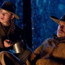 Matt Damon e Hailee Steinfeld in una scena di True Grit