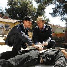 Brian Dietzen e David McCallum esaminano il cadavere nell'episodio Royals and Loyals di NCIS