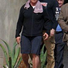 Arnold Schwarzenegger si dirige verso la sua Bentley nei pressi di Le Pain Quotidien