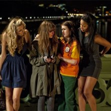 Emma Roberts, Ophelia Lovibond, Tamsin Egerton e Shanika Warren-Markland in una scena di 4.3.2.1