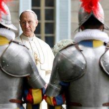James Cromwell nelle vesti del Papa Pio XII nella miniserie Sotto il cielo di Roma
