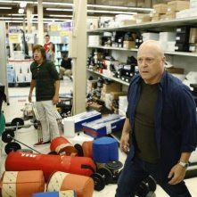 Jimmy Bennett e Michael Chiklis nell'episodio No Ordinary Earthquake di No Ordinary Family
