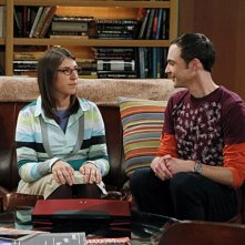 Mayim Bialik e Jim Parsons in una scena dell'episodio The Desperate Emanation di The Big Bang Theory