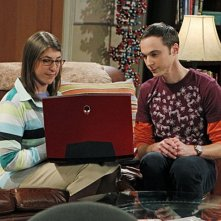 Mayim Bialik e Jim Parsons nell'episodio The Desperate Emanation di The Big Bang Theory