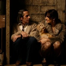 Alfredo Castro e Antonia Zegers in un'immagine tenera del film Post Mortem
