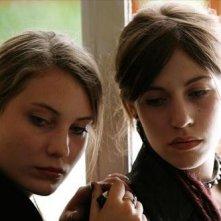 Elise Caron ed Elise Lhomeau in un'immagine del film Des filles en noir