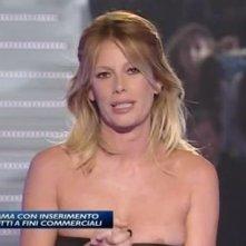 Grande Fratello 11, seconda puntata: ad Alessia Marcuzzi scivola maliziosamente il vestito in diretta.