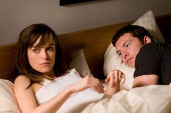 Keira Knightley e Sam Worthington in un'immagine del film Last night
