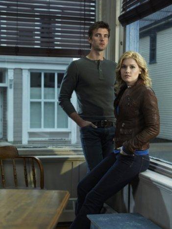 Lucas Bryant ed Emily Rose in una foto promozionale della serie Haven