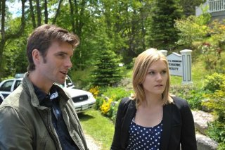 Lucas Bryant ed Emily Rose in una scena dell'episodio Butterfly della serie Haven