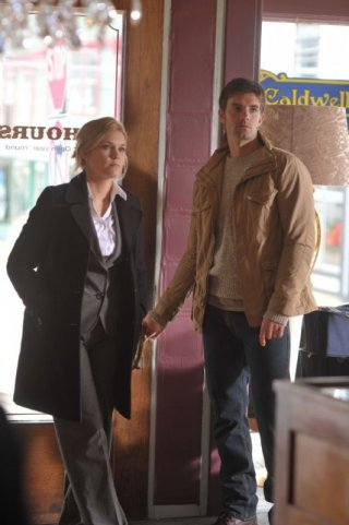 Lucas Bryant ed Emily Rose in una scena dell'episodio Welcome to Haven della serie Haven