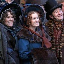 Isla Fisher (al centro) nella dark comedy Burke and Hare