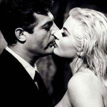 Mastroianni e la Ekberg in una leggendaria scena de La dolce vita di Fellini