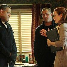 Laurence Fishburne, George Eads e Annie Wersching in CSI: Scena del crimine, nell'episodio House of Hoarders