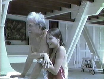 Maria Sole e Ugo Tognazzi in una scena in Super 8 tratta dal documentario Ritratto di mio padre