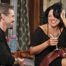 Eric Dane e Sara Ramirez in Grey's Anatomy nell'episodio Something's Gotta Give