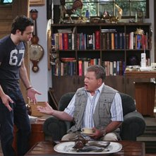 Jonathan Sadowski e William Shatner in $#*! My Dad Says nell'episodio Easy, Writer