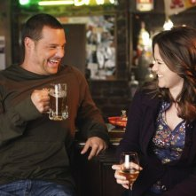 Justin Chambers e Sarah Drew inGrey's Anatomy nell'episodio That's Me Trying