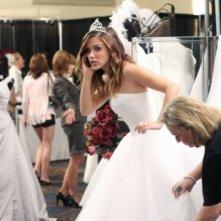 Brooke (Sophia Bush) alle prove del vestito da sposa nell'episodio Luck Be a Lady di One Tree Hill