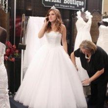 Brooke (Sophia Bush) si fa sistemare l'abito da sposa nell'episodio Luck Be a Lady di One Tree Hill
