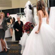 Brooke (Sophia Bush) viene fotografata da Sylvia (Sharon Lawrence) nell'episodio Luck Be a Lady di One Tree Hill
