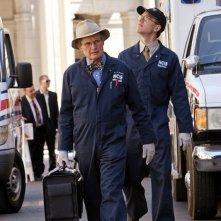 I Coroner David McCallum e Brian Dietzen a lavoro nell'episodio Cracked di N.C.I.S.