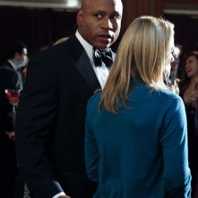 Kate Levering (di spalle) e LL Cool J nell'episodio Anonymous di NCIS: Los Angeles