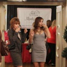 Sophia Bush e Sharon Lawrence bevono un drink nell'episodio Luck Be a Lady di One Tree Hill