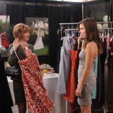 Sylvia (guest star Sharon Lawrence) e Brooke (Sophia Bush) nell'episodio Luck Be a Lady di One Tree Hill