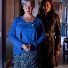 Cassidy Freeman alle spalle di Christine Willes dell'episodio Abandoned di Smallville