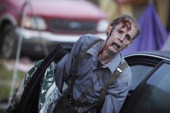 Uno zombie nell'episodio Days Gone Bye di The Walking Dead