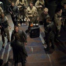 Varro (Mike Dopud) si scontra con Simeon (Robert Knepper) nell'episodio Aftermath di Stargate Universe