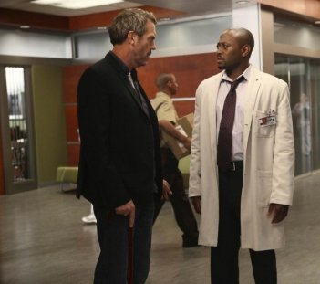 Hugh Laurie e Omar Epps in Dr House: Medical Division nell'episodio A Pox on Our House