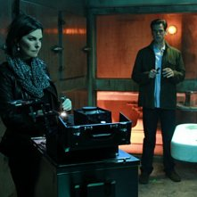 Sela Ward e Eddie Cahill in CSI: New York, nell'episodio Scared Stiff