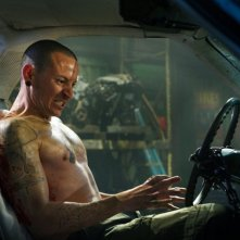 Chester Bennington interpreta Evan in una scena del film Saw 3D