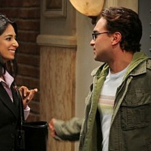 Aarti Mankad e Jim Parsons nell'episodio The Irish Pub Formulation di The Big Bang Theory