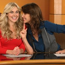 Cobie Smulders e Laura Bell Bundy in una scena dell'episodio Baby Talk di How I Met Your Mother