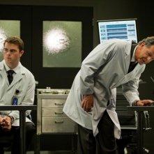 John Noble e Ryan Mcdonald nell'episodio Amber 31422 di Fringe