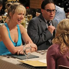 Johnny Galecki e Charlotte Newhouse nell'episodio The Desperate Emanation di The Big Bang Theory